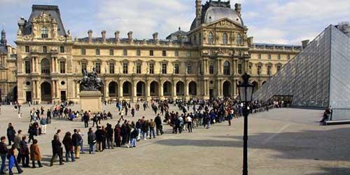 Colas de acceso al museo del Louvre